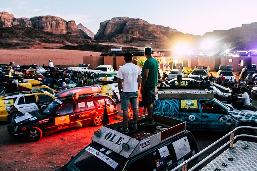 Fahrerlager im Wadi Rum bei Nacht