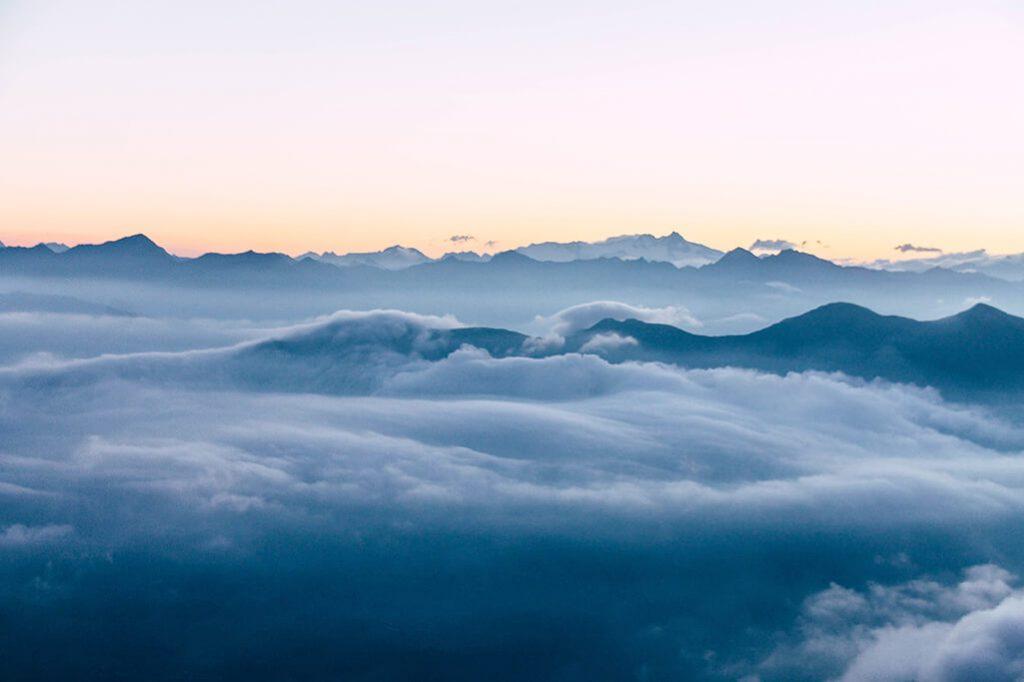 Nebelschwaden ueber den Dolomiten