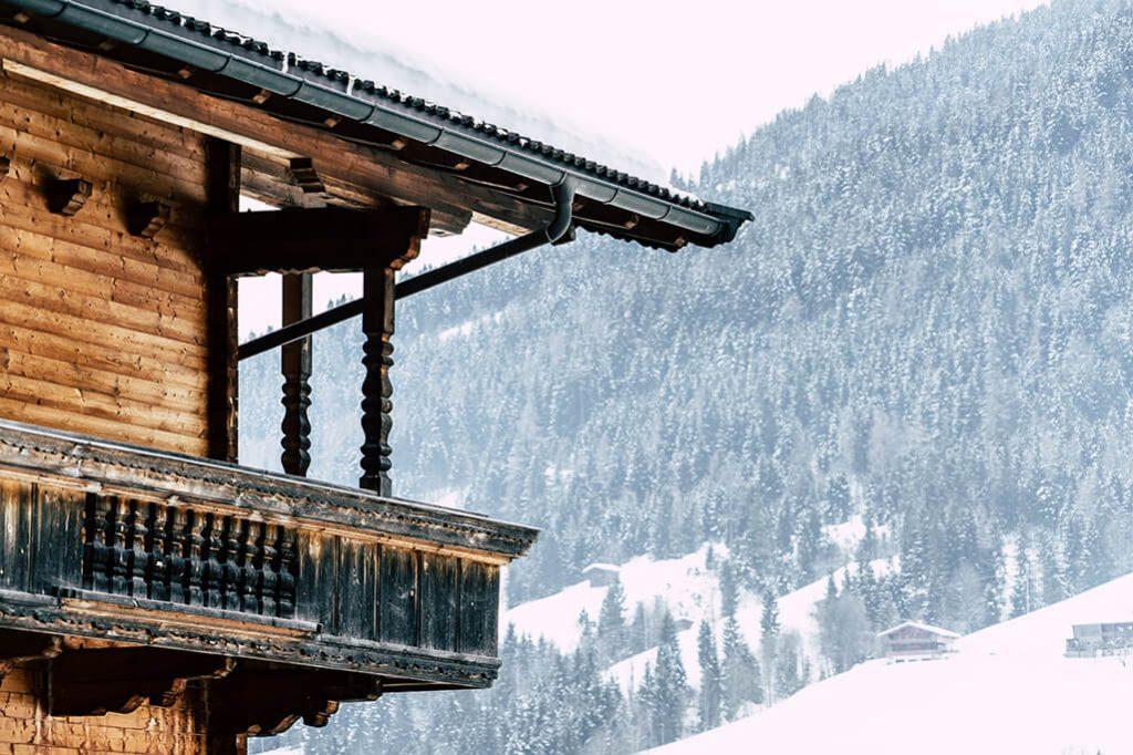 Balkon eines Holzhauses in Alpbach