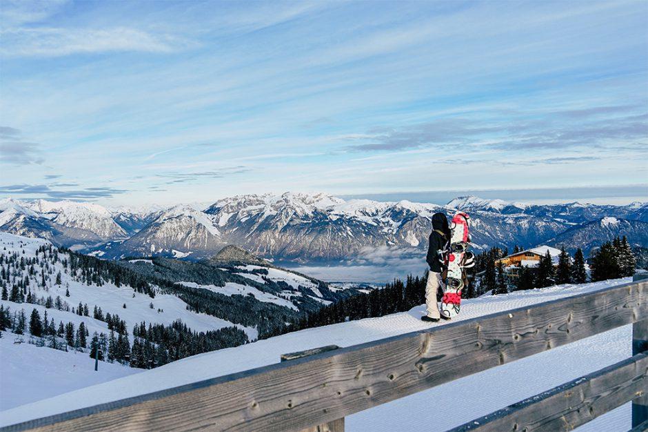 Snowboarder geniesst Blick ueber das Alpbachtal