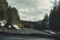 Strasse in den Alpen mit Aussicht auf die Berge