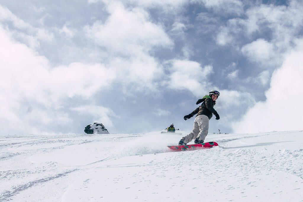 Snowboarder im Skigebiet am Glungezer