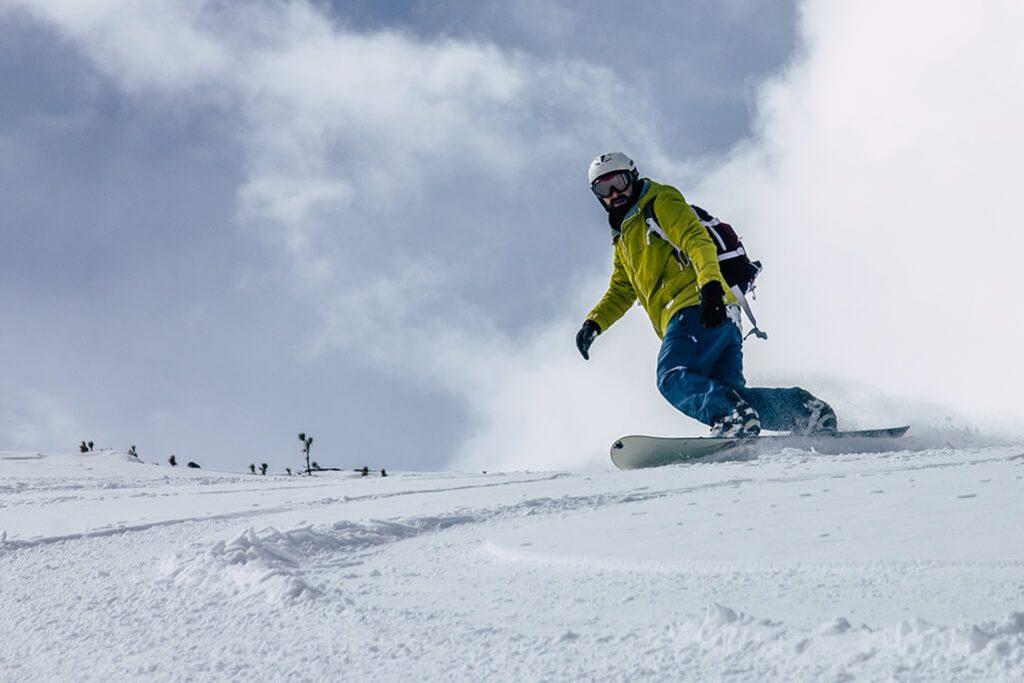 Snowboarder beim Freeriden am Glungezer