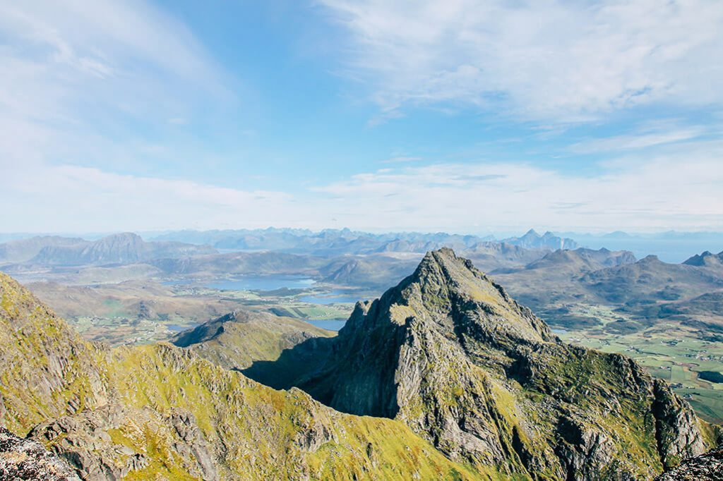 Blick ueber die Gipfel auf den Lofoten