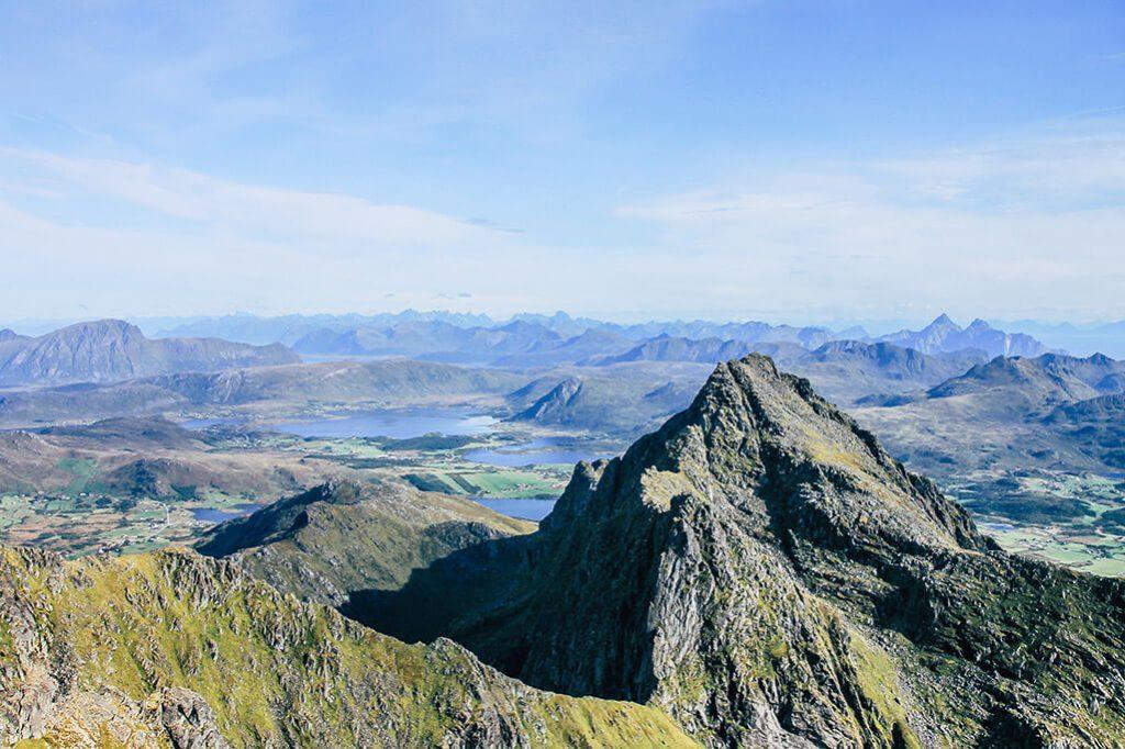 Gipfelblick mit Bergwelt der Lofoten