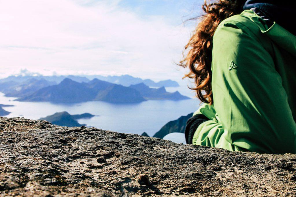 Wanderer macht Pause am Gipfel des Himmeltinden
