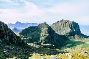 Aussicht vom Wanderweg auf den Himmeltindan mit Bergen im Hintergrund