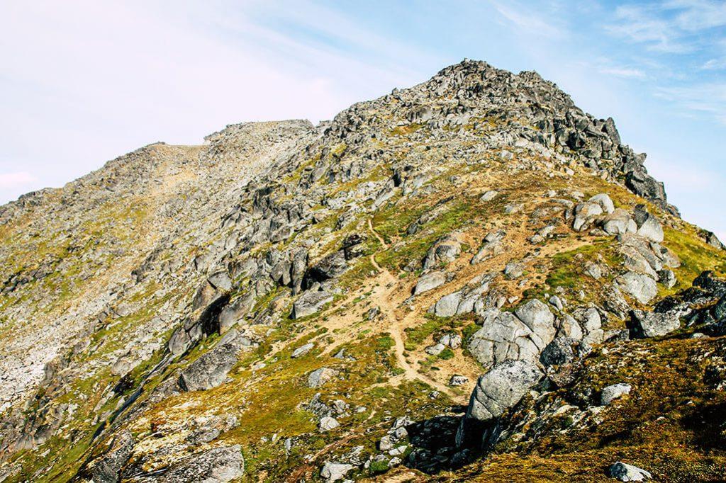 Der Wanderweg auf den Gipfel hinauf