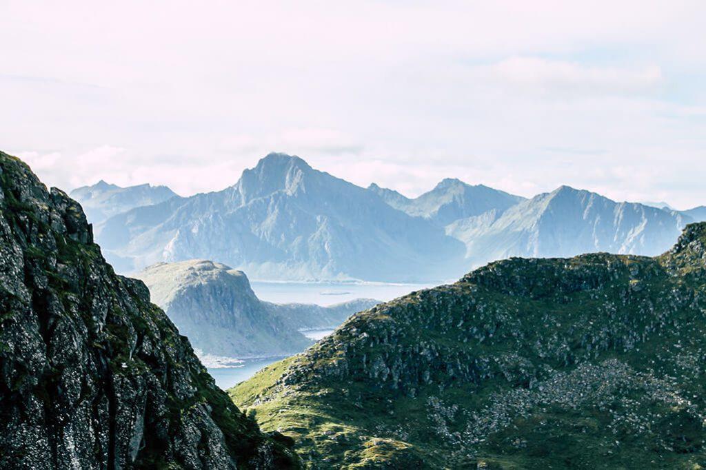 Aussicht auf halber Hoehe auf den Himmeltindan mit Bergen