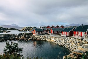 Blick auf den Ort Ballstad auf den Lofoten