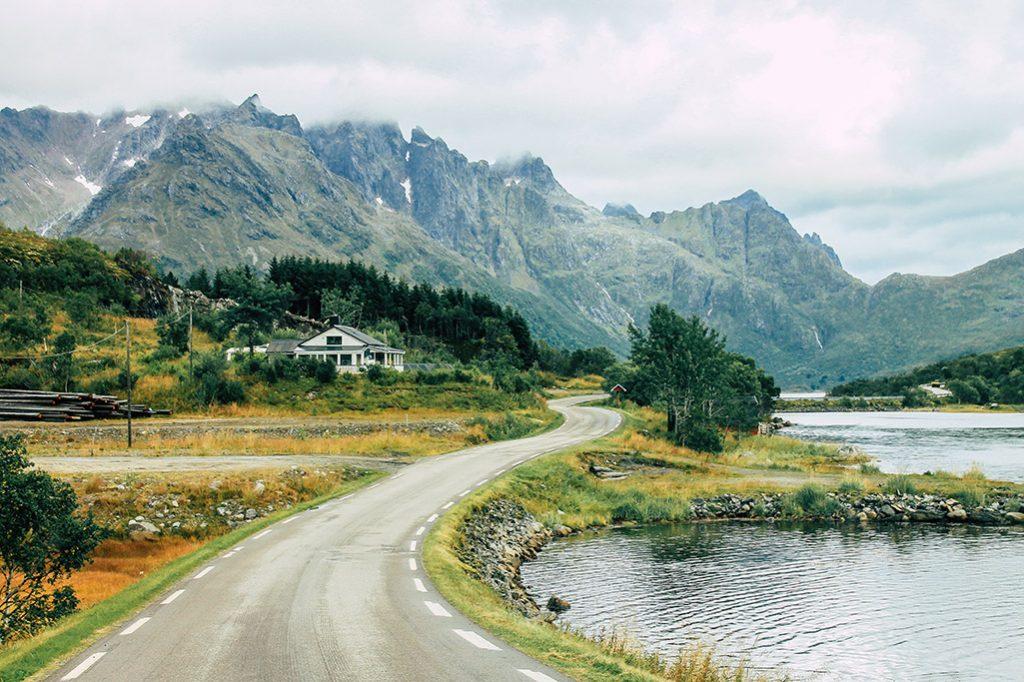 Strasse entlang eines Fjords auf den lofoten