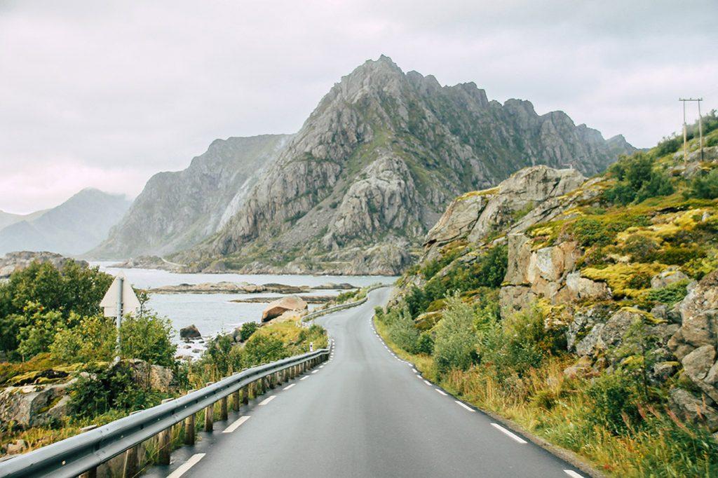 kurvige Strasse am Fjord auf den Lofoten