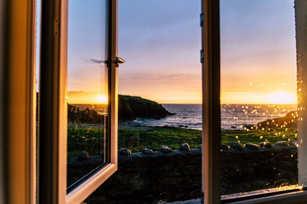 Spiegelung Sonnenuntergang im Fenster