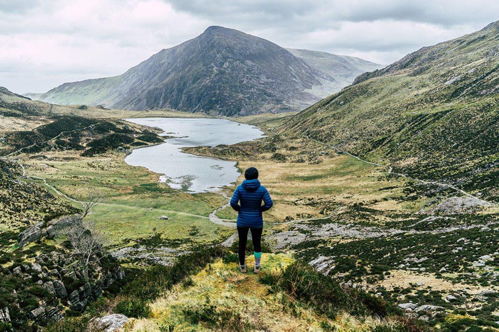 Person auf Wanderweg Cwm Idwal