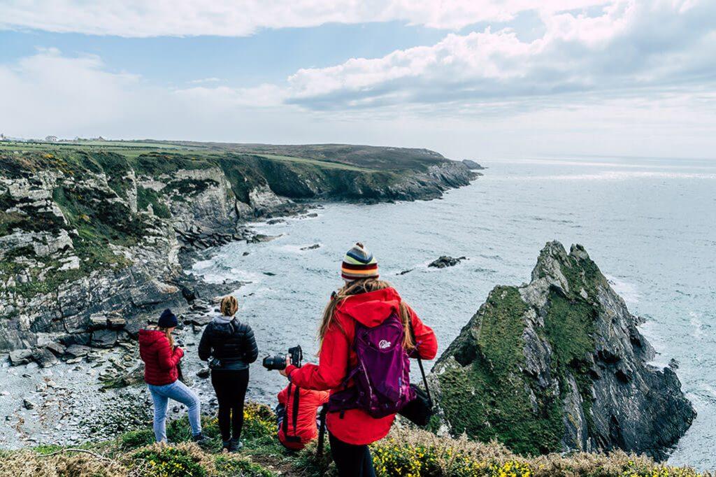 Personen am Kuestenabschitt auf der Insel Anglesey