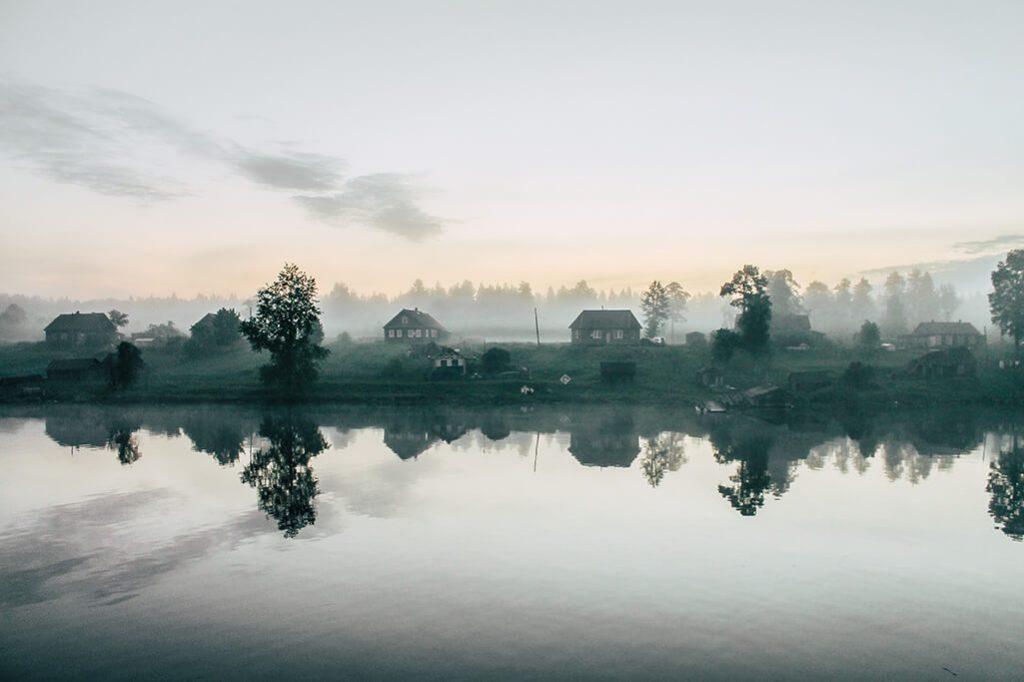 Dorf im Nebel in Russland