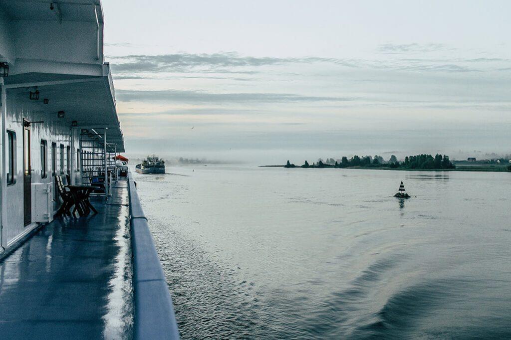 Schiff auf dem Fluss Swir in Russland