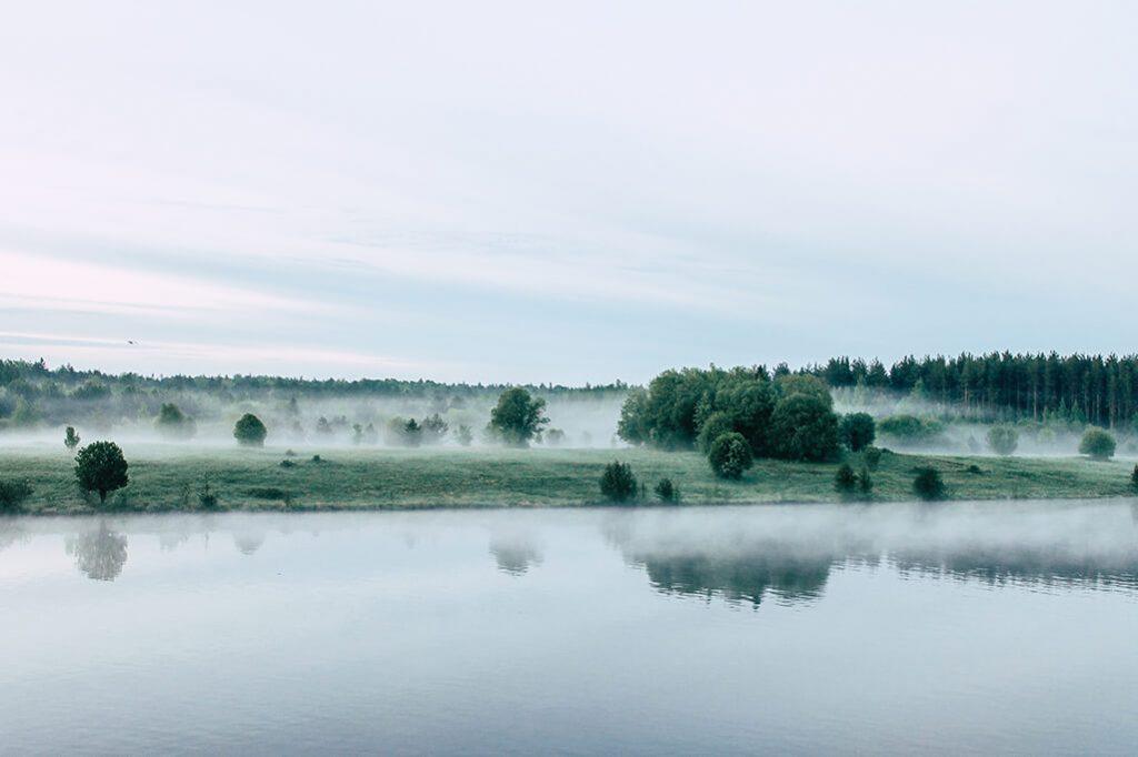 Landschaft im Nebel in Russland