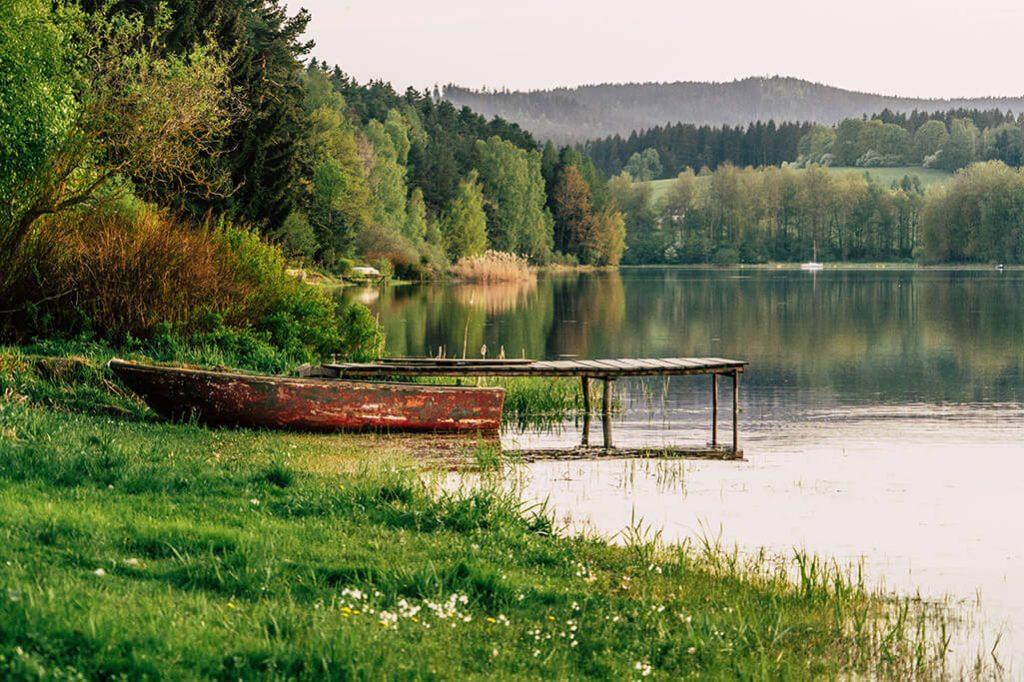 Holzboot am Stausee Lipno in Tschechien