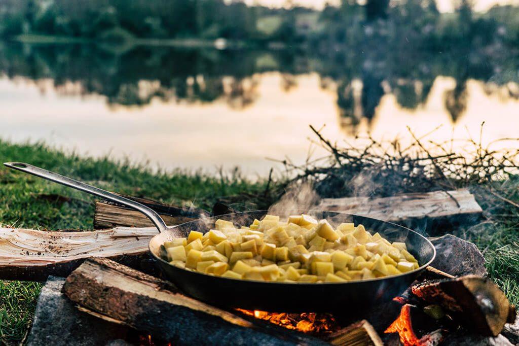 Bratkartoffeln am Lagerfeuer kochen