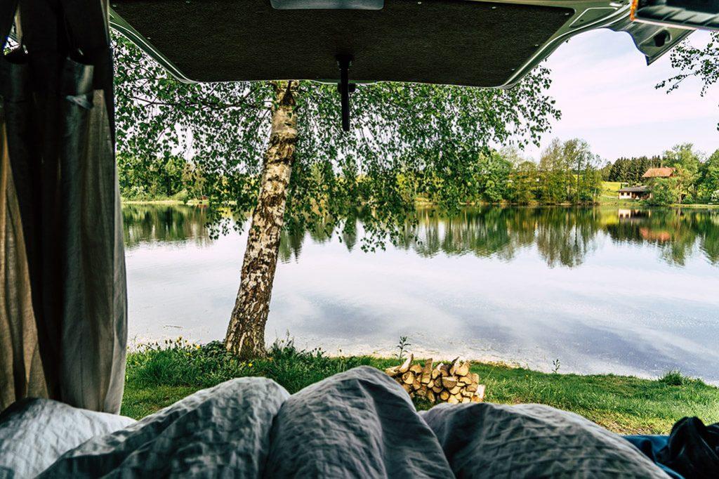 Aussicht aus VW T5 beim Camping am Lipno Stausee
