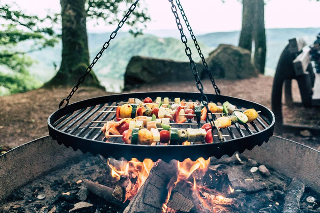 Lagerfeuer mit Grill an der Saar