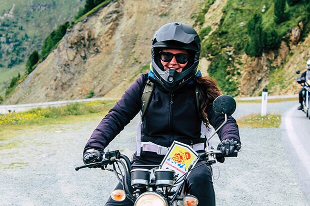 Person auf Moped am Timmelsjoch