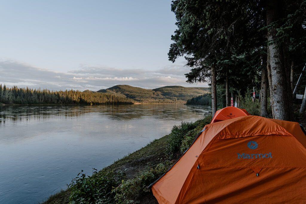 Zelte am Ufer des Yukon in Carmacks