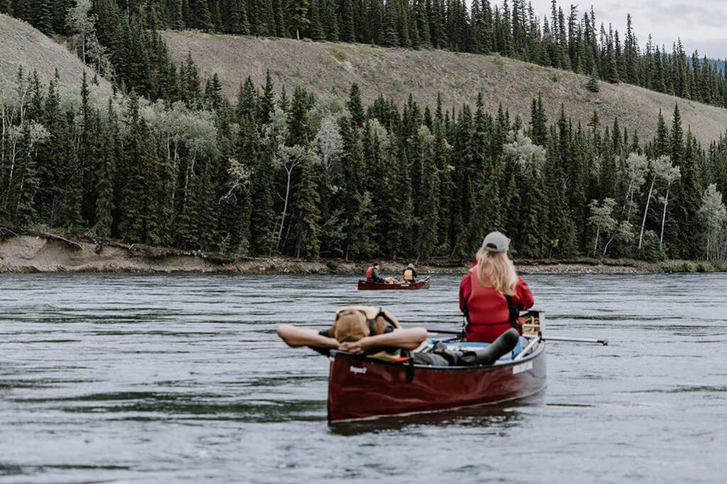 Kanufahrer entspannen auf dem Yukon