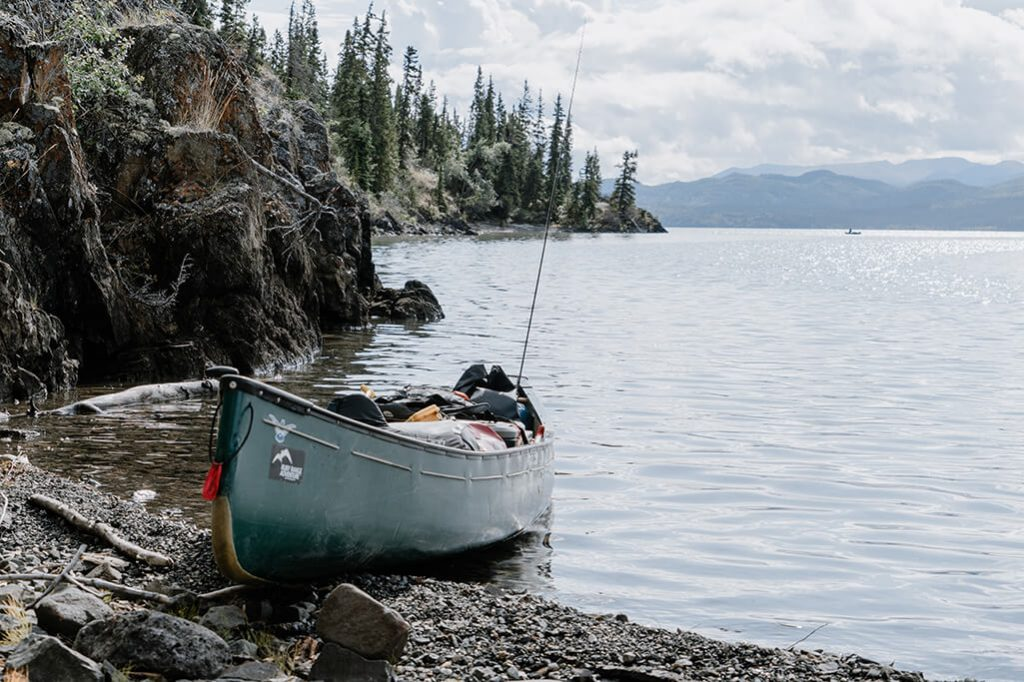 Kanadier am Ufer vom Lake Laberge