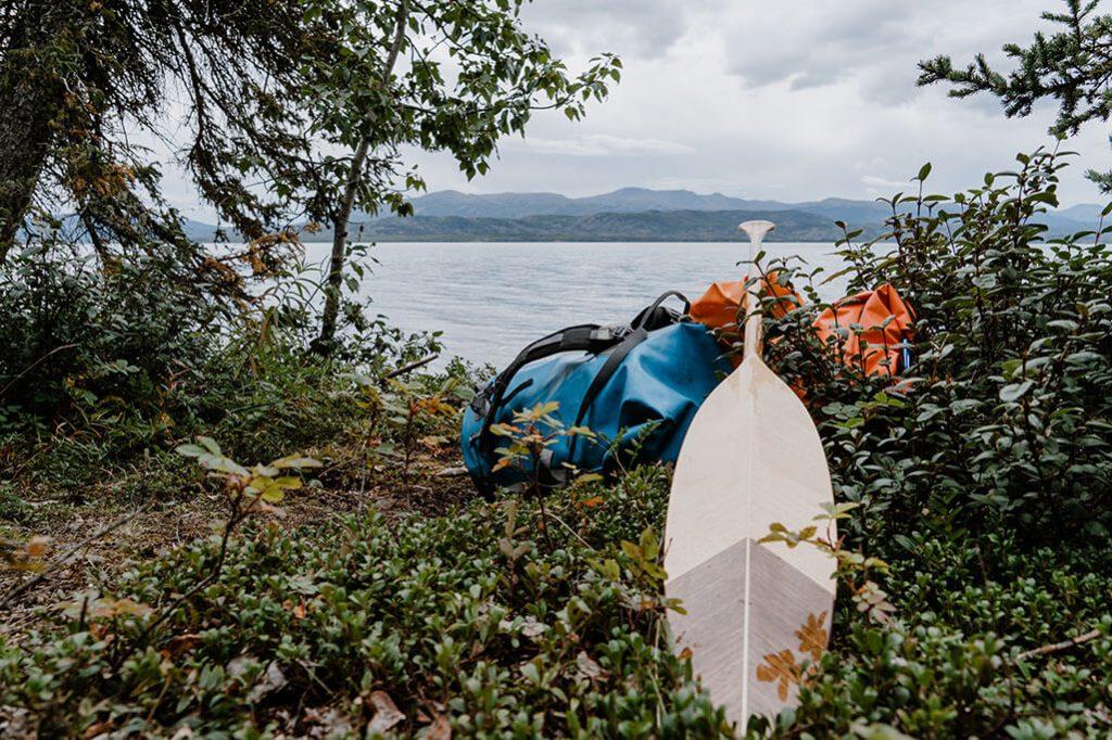 Holzpaddel fuer eine Tour mit einem Kanadier
