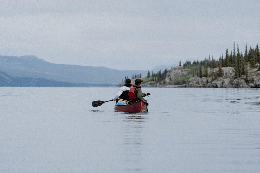 paddelnde Kanuten auf dem Lake Laberge