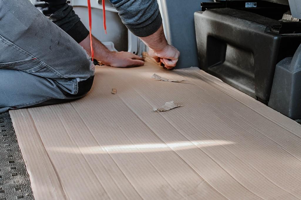Schablone aus Karton für Bodenplatte in VW T5 wird zurechtgeschnitten