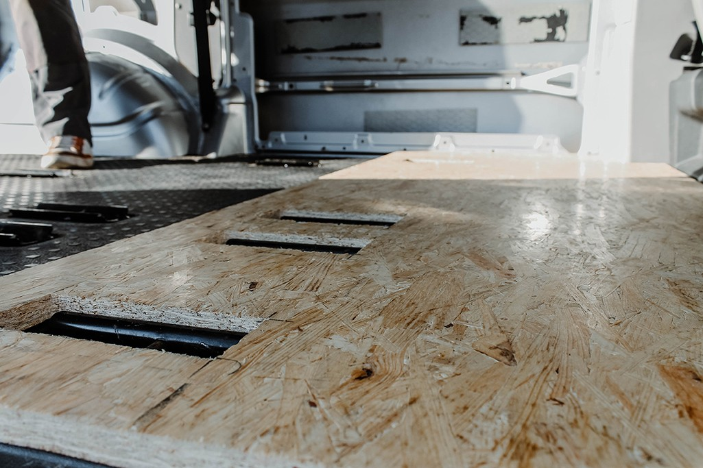 OSB als Bodenplatte in VW T5 Camper