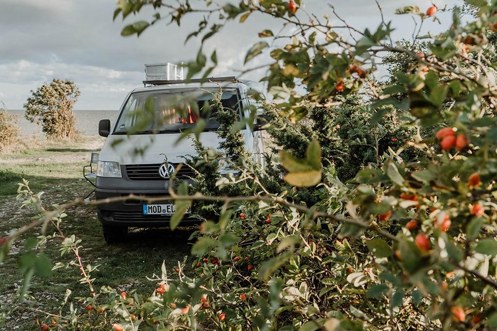 VW T5 Camper auf der Insel Kihnu in Estland
