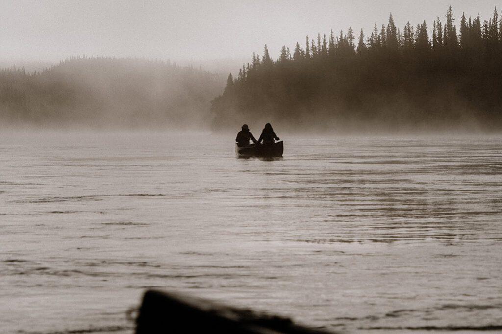 Sonnenaufgang mit Kanu und Morgennebel am Yukon