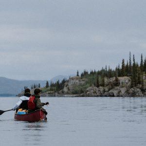 Kanutour auf dem Lake Laberge im Yukon