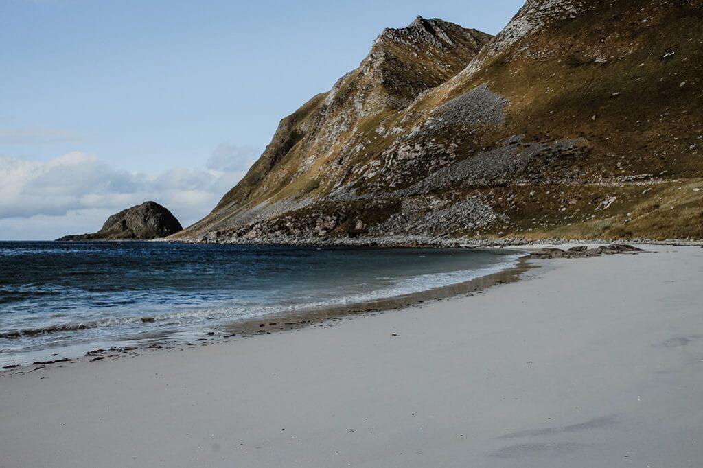 Blick auf den Haukland Beach auf den Lofoten