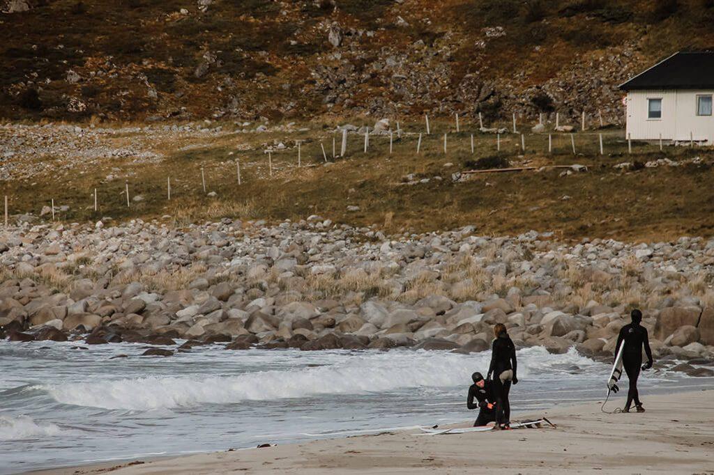 Surfer am Strand von Unstad