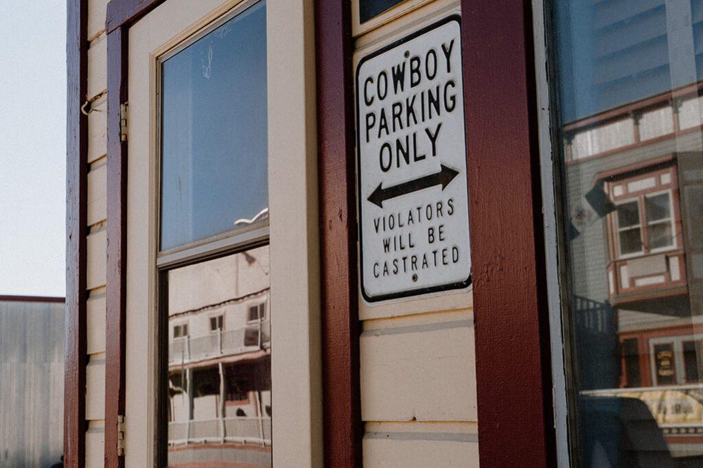 Cowboy Schild in Dawson City im Yukon