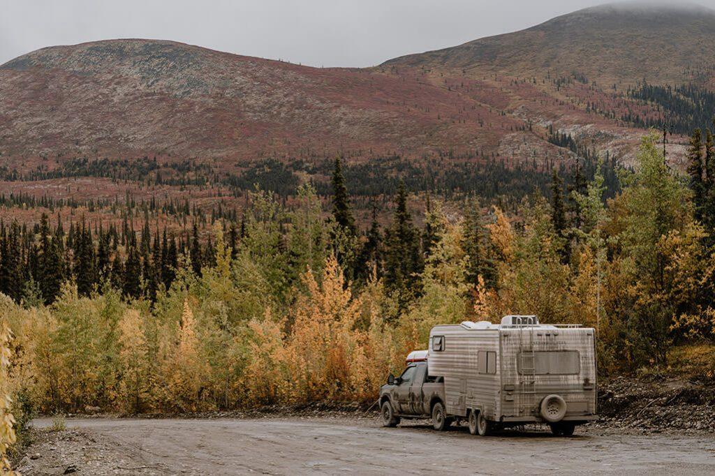 Jeep mit Wohnwagen auf Parkplatz im Tombstone NP