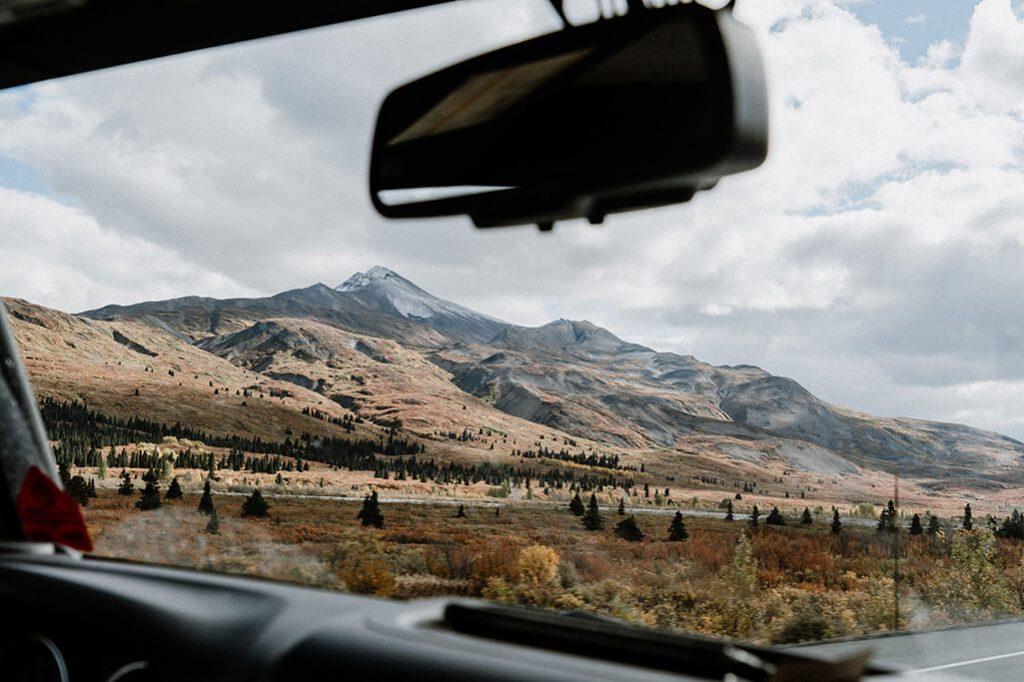 Roadtrip Yukon mit Blick aus dem Auto