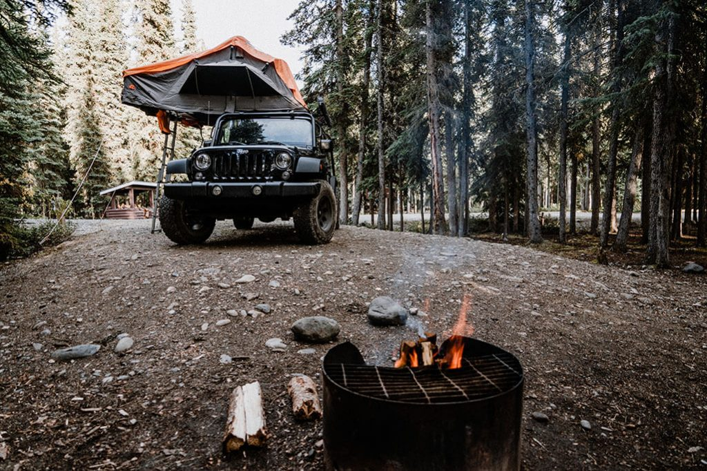 Jeep Wrangler vor Lagerfeuer am Tatchun Lake Campground
