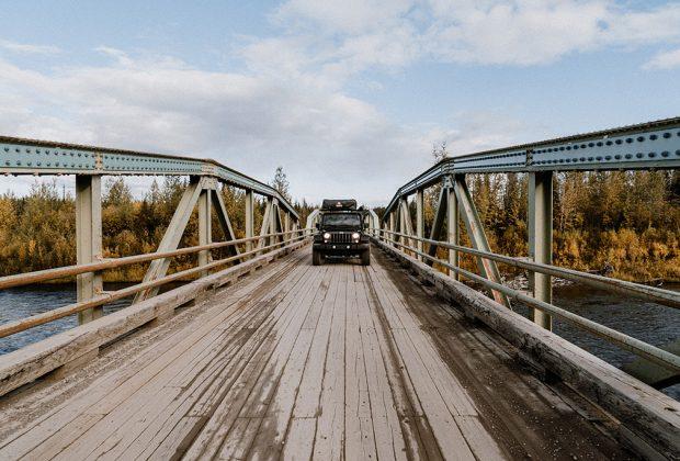 Overland Jeep auf Bruecke zum Dempster Highway im Yukon
