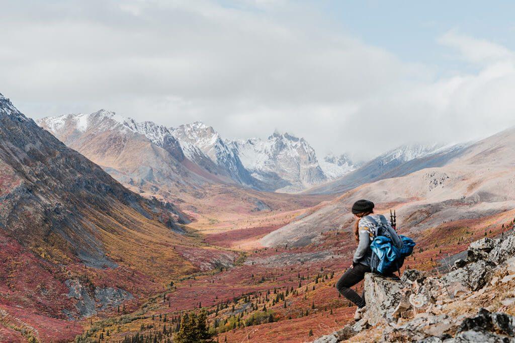 Person mit Aussicht auf Tombstone Territorial Park