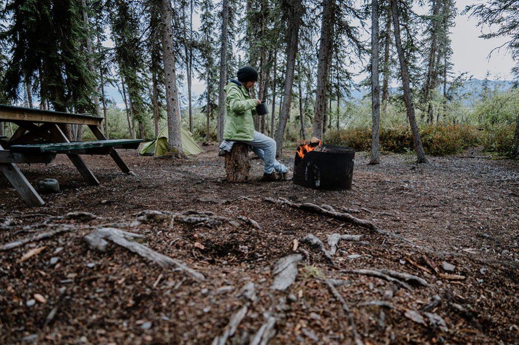 Zelt und Lagerfeuer im Yukon