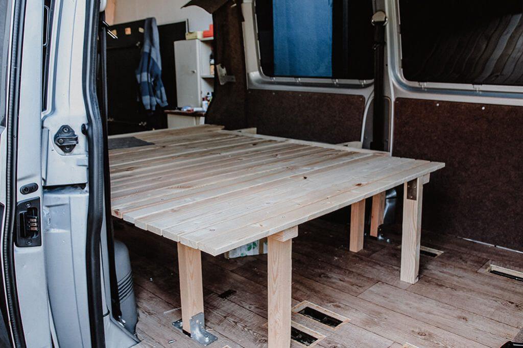 campervan selbstausbau das bett im vw t5 transporter take an advanture