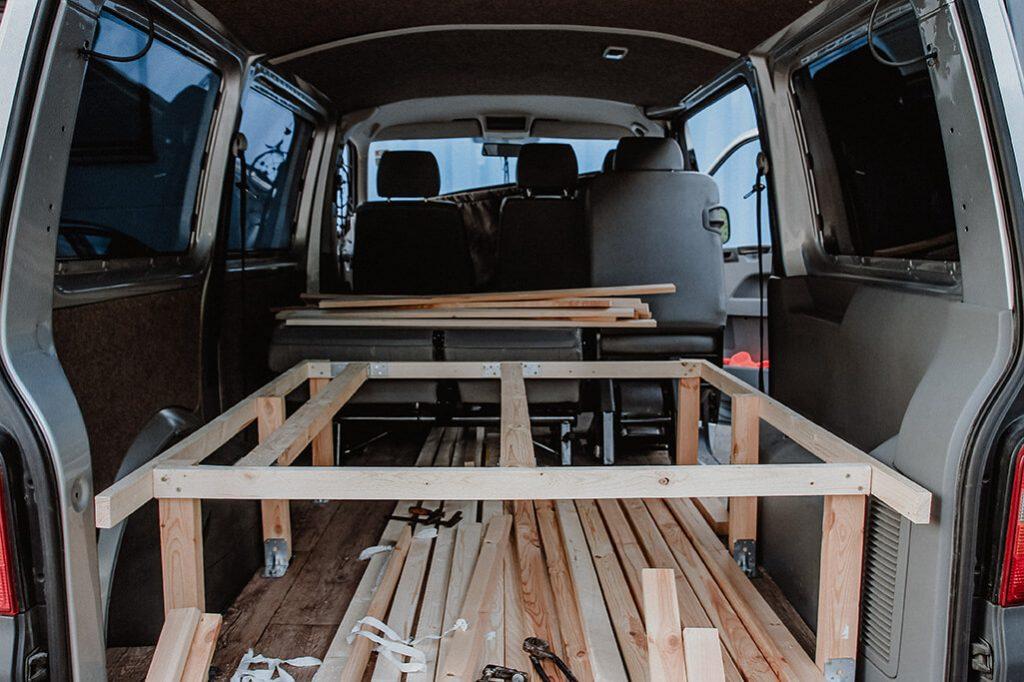 fertiger Rahmen fuer das DIY Bett im Transporter