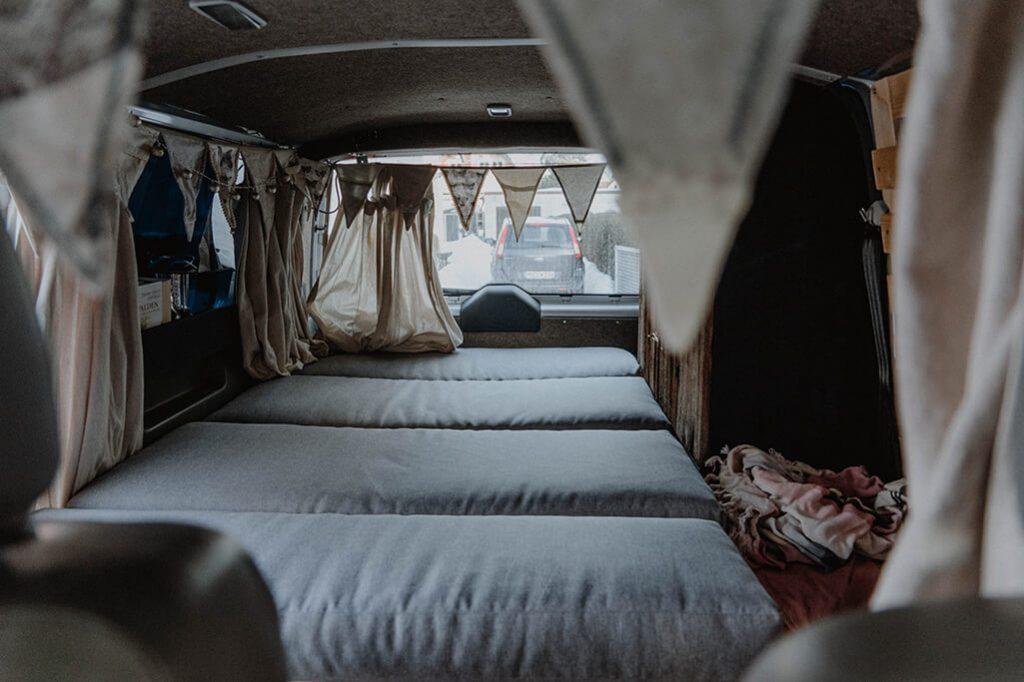 fertiges Bett im VW Camper