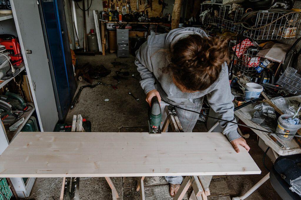 Holz für Schublade im VW Bus sägen